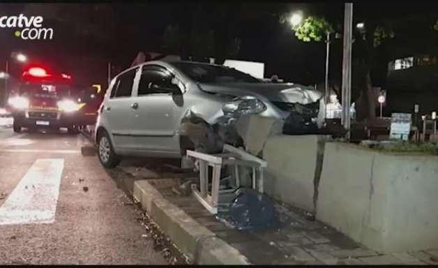 Carro atinge semáforo de pedestres, lixeira e floreira na Avenida Brasil