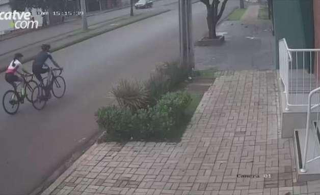 Motorista joga carro de propósito e derruba ciclista em Palotina