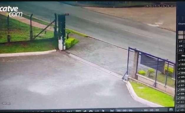 Câmera flagra momento em que carro atropela moto e motorista sai sem prestar socorro