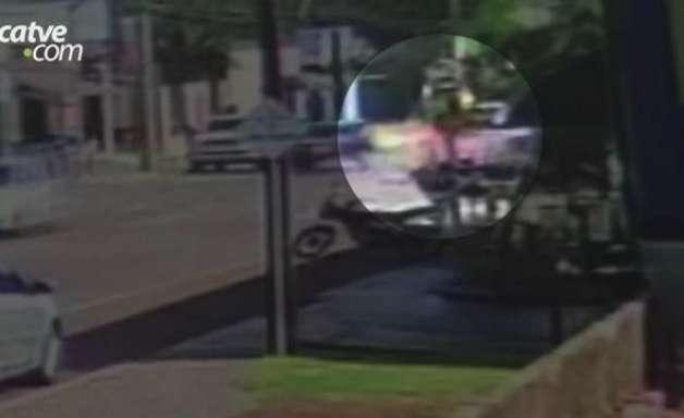 Imagens mostram batida entre carro e moto no Bairro Claudete