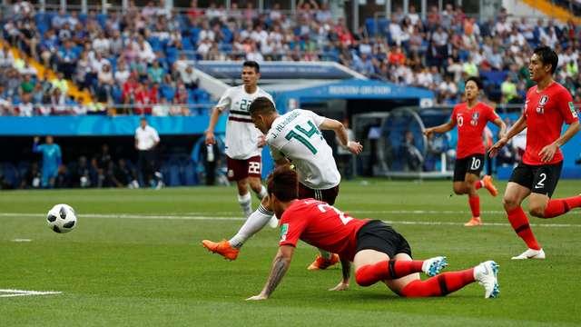 a16276997e Chicarito Hernández recebe a bola de Lozano