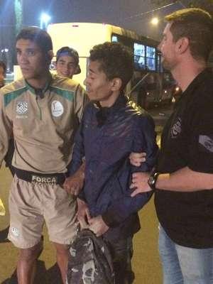 Homem é preso por tentar apagar tocha olímpica com extintor