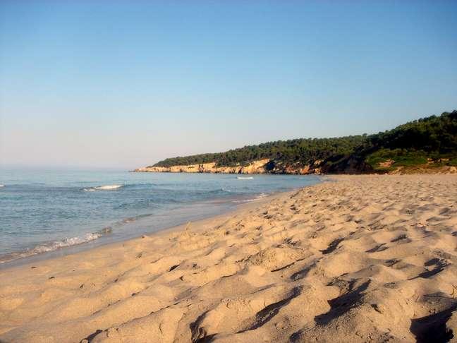 Binigaus- Es Migjorn Gran, Menorca: em qualquer praia de Menorca se pratica o nudismo. Mas na praia de Biningaus, independente do ponto em que você estiver, a vista para apreciar o pôr do sol é diferenciada.  Para visitar o local, a dica é ir de carro e deixá-lo no bar da praia