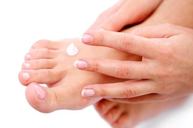 Use um óleo para pés porque ele vai penetrar mais profundamente na pele sem deixar o acabamento pegajoso de um creme de leite