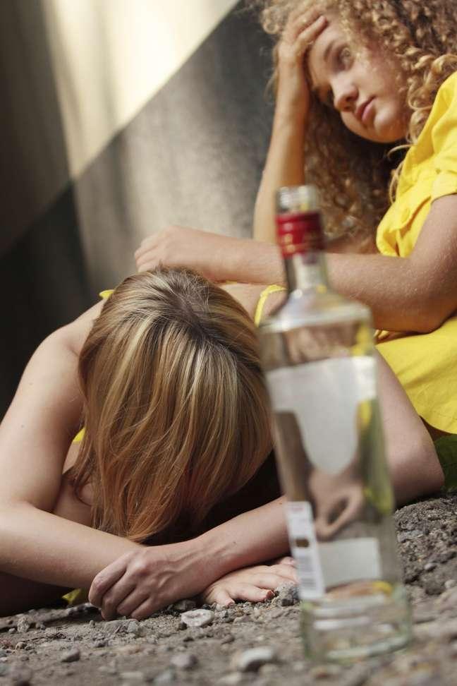 Adolescentes têm assutado pais e médicos com consumo exagerado de álcool via anal, vaginal e até pingando no olho