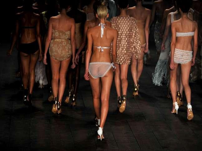 """Na apresentação de Adriana Degreas, as modelos desfilaram com biquínis que lembram """"lingerie de vovó"""", grande e com babadinhos. A transparência continuou aparecendo"""