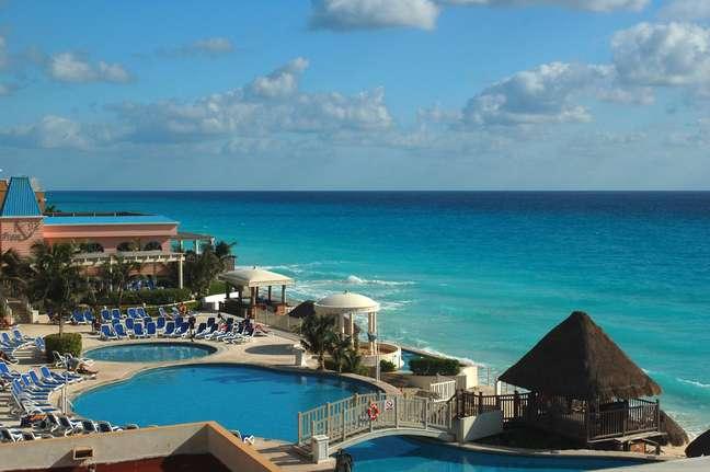 Tudo bem, o mar é a prioridade do banhista, afinal, trata-se do mar azul do Caribe. Mesmo assim, por vezes é quase impossível se hospedar na cidade mexicana sem arriscar um mergulho nas provocantes piscinas de hotéis e resorts. Pudera. Alguns empreendimentos oferecem ao turista piscinas a poucos metros da água marinha. Difícil de recusar um mergulho