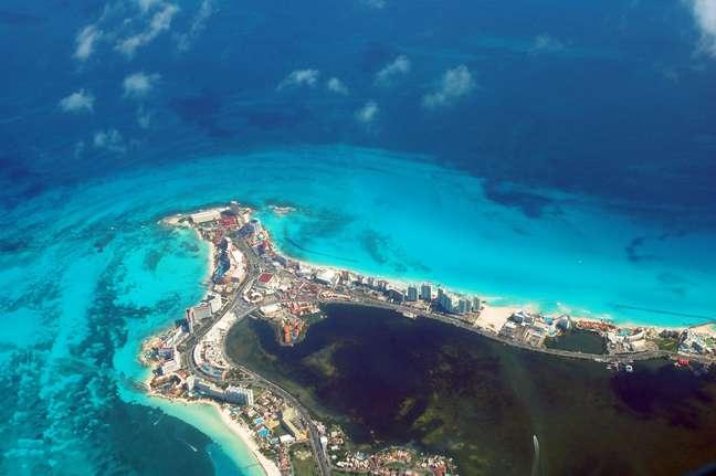Uma obra de arte da natureza. Assim podem ser definidas as praias de Cancún (acima, em vista aérea), destino certo para quem procura um cenário tropical com muito conforto. A cidade recebe mais de 3 milhões de turistas por ano, o que faz do aeroporto local o segundo mais movimentado do México. Entenda por quê