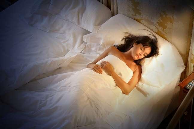 Tomar um banho quente, ler ou ouvir música podem ajudar a dormir melhor
