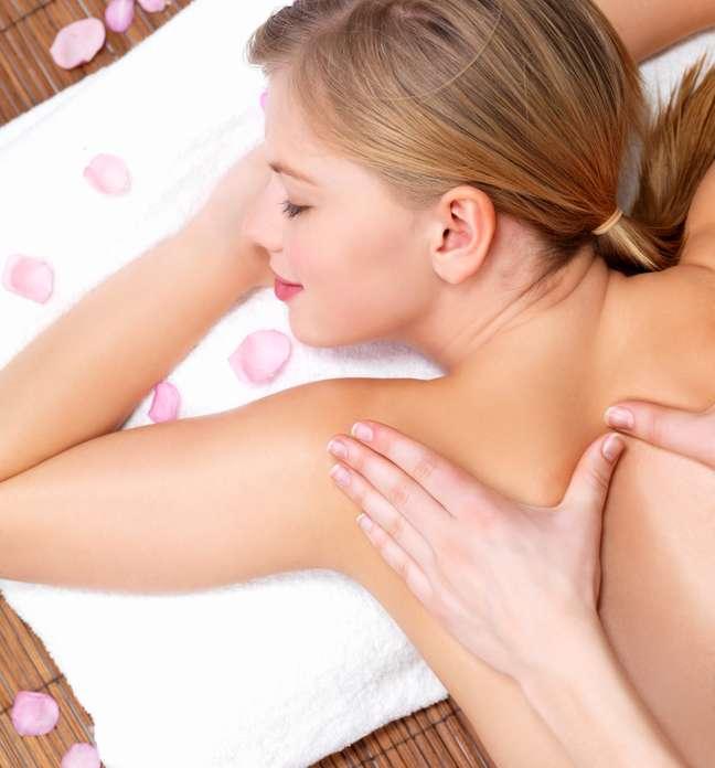 Dor nas costas é um dos problemas que pode ser amenizado pela massagem