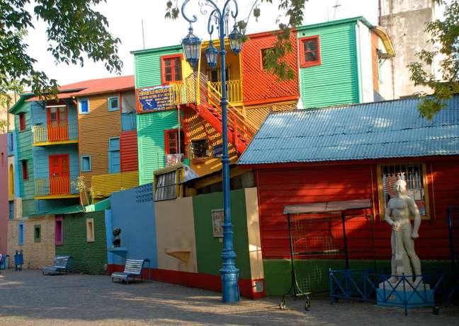 La Boca, o mais famoso bairro de Buenos Aires, reúne duas grandes paixões argentinas: tango e futebol. Suas ruas são verdadeiras milongas a céu aberto e ali fica o estádio do clube mais popular do país, o Boca Juniors. A região começou a ser habitada por imigrantes italianos no século 19, principalmente genoveses, que pintavam suas casas com as sobras das tintas usadas nos navios do porto