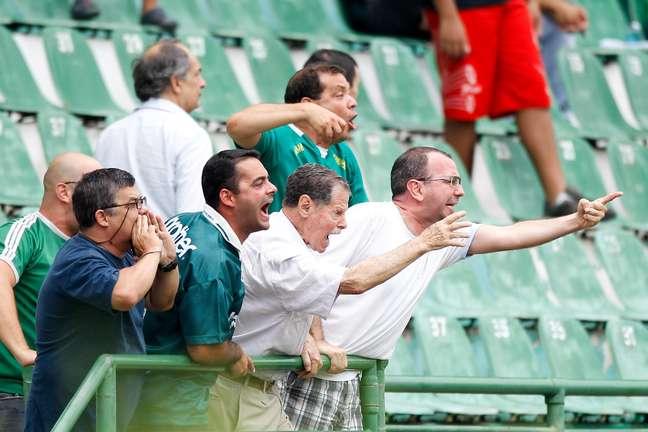 Torcida do Guarani protesta contra o rebaixamento do clube à Série C do Brasileiro