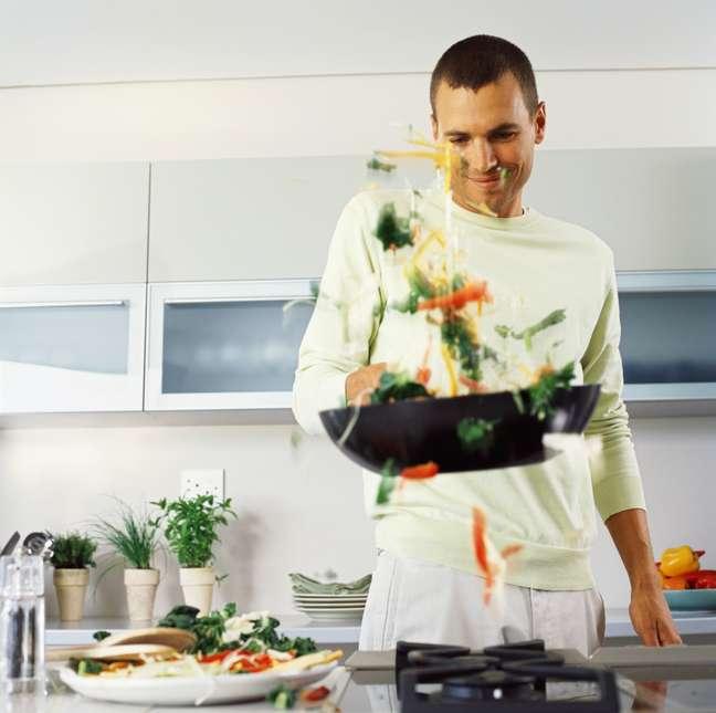 """Entre os """"cozinheiros amadores"""",50% já se cortaram com a faca e 25% queimaram-se no fogão"""