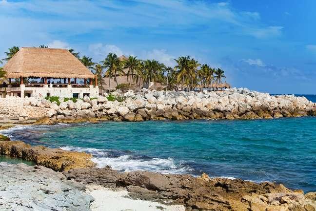Localizado a 70 km de Cancún, o parque Xcaret oferece mergulhos em rios subterrâneos, atrações culturais e reúne uma impressionante diversidade de animais nativos