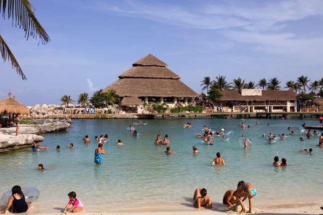 Legenda: Construído ao redor de um antigo porto maia, o parque Xcaret oferece inúmeras atrações aos visitantes, desde mergulhos em rios subterrâneos até relaxantes banhos de mar em belas praias e lagoas