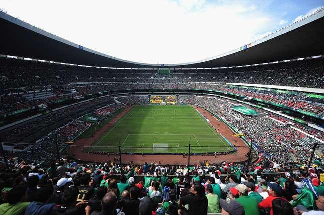 Com capacidade para 105 mil pessoas, o maior estádio do México foi inaugurado em 1968 para receber os jogos da Copa do Mundo de 1970. Ali, Pelé e a seleção brasileira encantaram o mundo ao conquistar o tricampeonato na competição. Dezesseis anos depois, os deuses do futebol quiseram que o mesmo raio caísse duas vezes no mesmo lugar, e foi no Azteca que Diego Armando Maradona comandou a seleção argentina na conquista do mundial de 1986