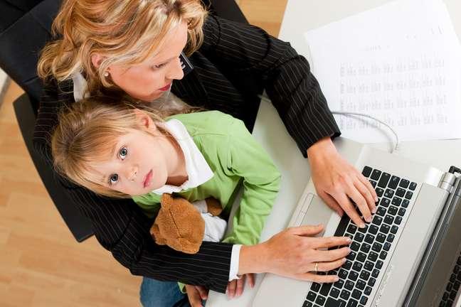 A necessidade de conciliar trabalho e cuidados dos filhos faz com que as mães se sintam culpadas