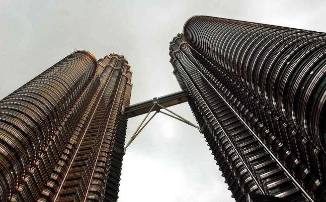 Torres Petrona, Kuala Lumpur, Malásia: símbolo de Kuala Lumpur, capital da Malásia, as Torres Petronas foram inauguradas em 1996. Projetadas pelo arquiteto argentino César Pelli, as torres de 452 metros de altura figuram hoje entre os arranha-céus mais famosos do planeta