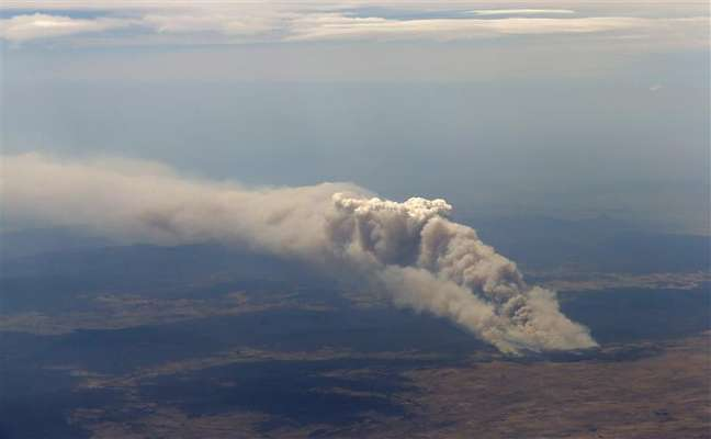 Fumaça de incêndio florestal de Yarrabin é vista, que queima fora de controle perto de Cooma, na Austrália. 08/01/2013