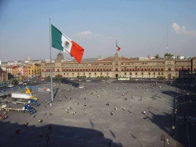 Localizada no coração da Cidade do México, a atual Praça da Constituição foi construída pelos conquistadores espanhóis em 1524 sobre os escombros do Templo Maior, principal centro cerimonial da antiga cidade asteca de Tenochtitlán