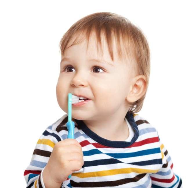 Quanto antes houver o contato com a higiene oral, melhor será para a criança adquirir o hábito da escovação. Isso pode ser feito antes mesmo dos primeiros dentinhos nascerem.