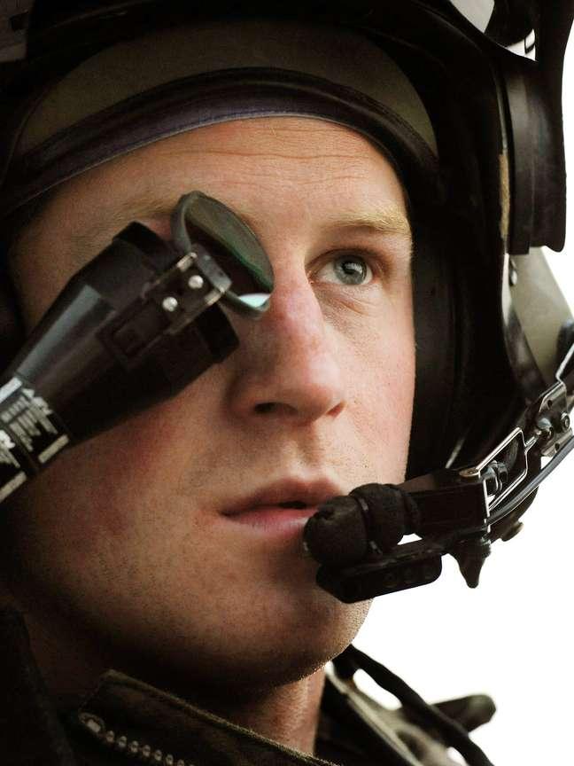 O príncipe Harry - ou soldado Gales, como prefere ser chamado no Exército - em helicóptero em Camp Bastion, no sul afegão (foto de 12 de dezembro de 2012)