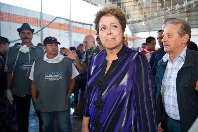 <p>Em janeiro, quando visitou o Centro Municipal de Desportos, onde estavam os corpos da trag&eacute;dia, Dilma se emocionou e chorou ao abra&ccedil;ar familiares das v&iacute;timas</p>
