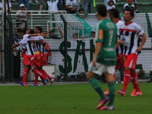 Penapolense reagiu rápido e venceu de virada o Palmeiras, mesmo com um jogador expulso