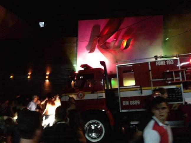 Bombeiros chegam em boate que pegou fogo
