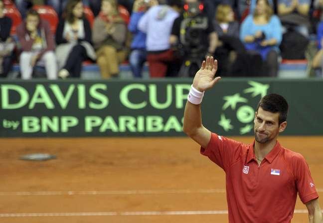 Djokovic comemora após deixar a Sérvia perto da vitória