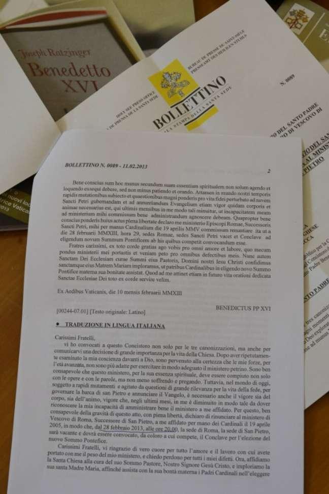 Imagem exibe cópia em italiano da carta lida pelo Papa em latim durante o consistório desta segunda-feira