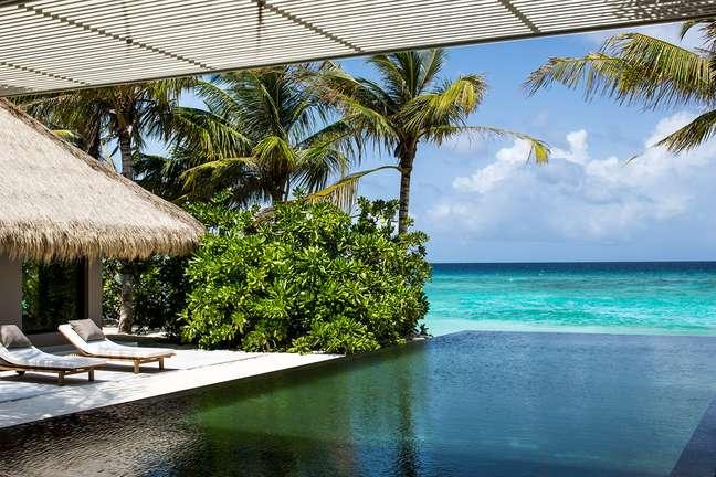 <p><strong>Cheval Blanc Randheli, Maldives</strong><br />Hotel dogrupo LVMH, dono de marcas como Louis Vuitton e Hérmès, o Cheval Blanc Randheli promete levar um novo hotel de puro luxo ao atol de Noonu, nas Maldivas. Cada uma das 45 vilas, frente à praia ou sobre a água, será decorada de maneira artística e personalizada. O spa com produtos Guerlin e o restaurante com carta criada pelo chef estrelado Yannick Alléno, farão parte dos destaques do hotel, que contará também com um iate para passeios para os hóspedes pelas águas da região</p>