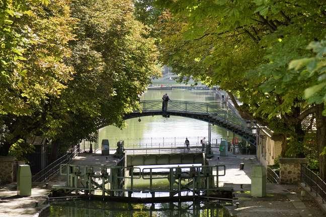 <p>O Canal St-Martin tem mais de 4 km de extensão, criando um ambiente charmoso no norte da cidade com diferentes pontes</p><p></p>