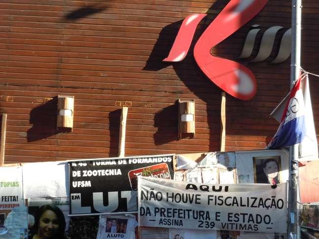 <p>A frente da Boate Kiss virou local de homenagens às vítimas</p>