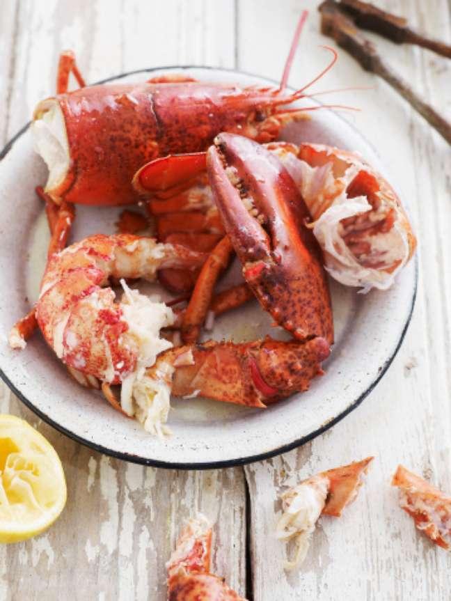 <p>A lagosta é outro prato que encanta os turistas.Para os mais abastados uma lagosta, simplesmente grelhada, só na brasa. Eu recomendo, afirma o chef</p>