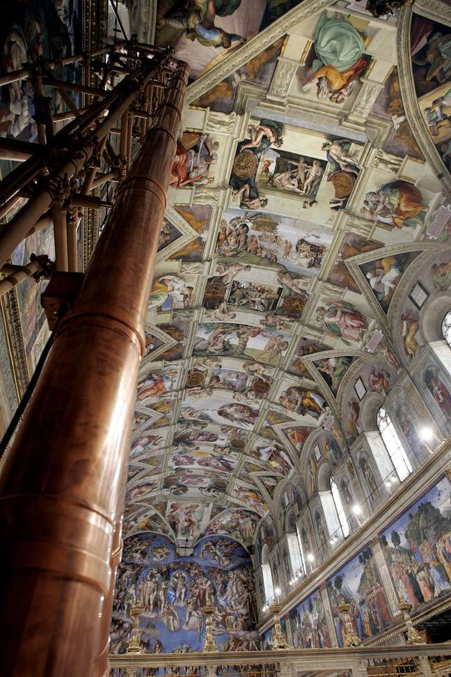 <p>Capela Sistina, onde acontece o Conclave, com a chaminé de onde sai a fumaça que anuncia o novo papa à esquerda</p>