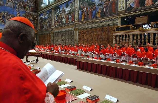 Imagem de 18 de abril de 2005 mostra os cardeais reunidos na Capela Sistina antes do Conclave que resultou na eleição de Bento XVI