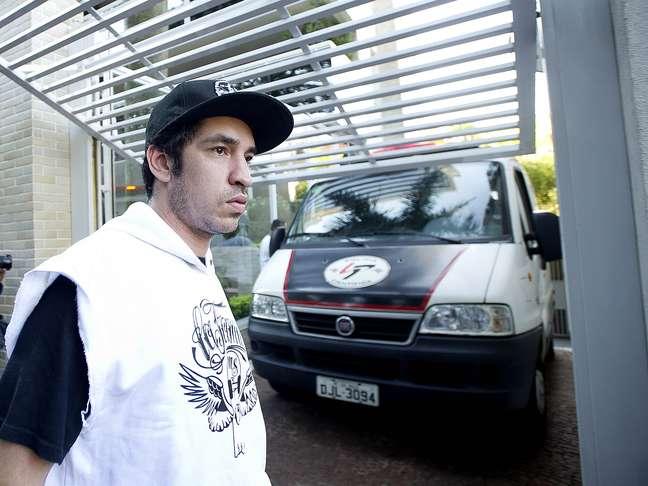 <p>Champignon aguardou a liberação do corpo de Chorão, no prédio onde o vocalista foi encontrado morto</p>
