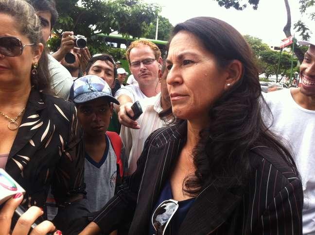 <p>Sônia de Fátima Moura, mãe de Eliza Samudio, chega ao Fórum de Contagem (MG) para o terceiro dia do julgamento de Bruno</p>