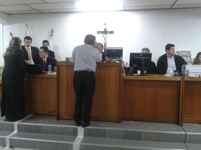 <p>A juíza Marixa Fabiane Rodrigues conversa com os advogados antes de começar a audiência</p>