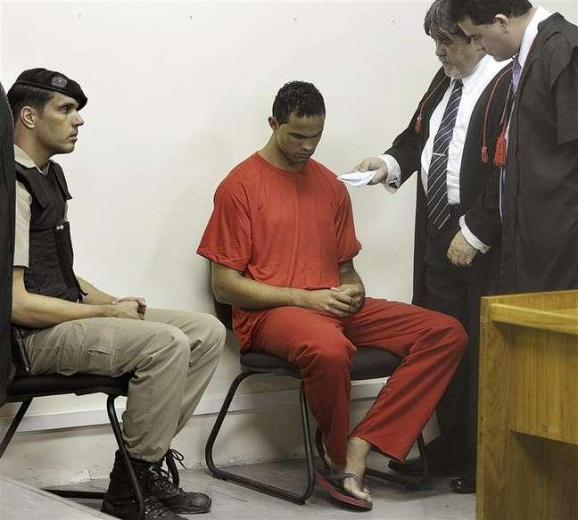 <p>Bruno Fernandes conversa com seus advogados e um policial no tribunal em Contagem, em Minas Gerais</p>