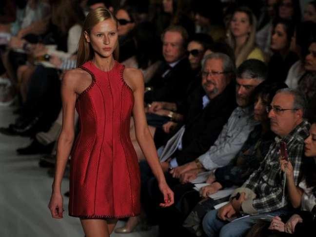 <p><strong>Estilo nadador -</strong>Reinaldo Lourenço também apresentou o modelo com cava nadador nesse vestido vermelho com debrum preto</p>