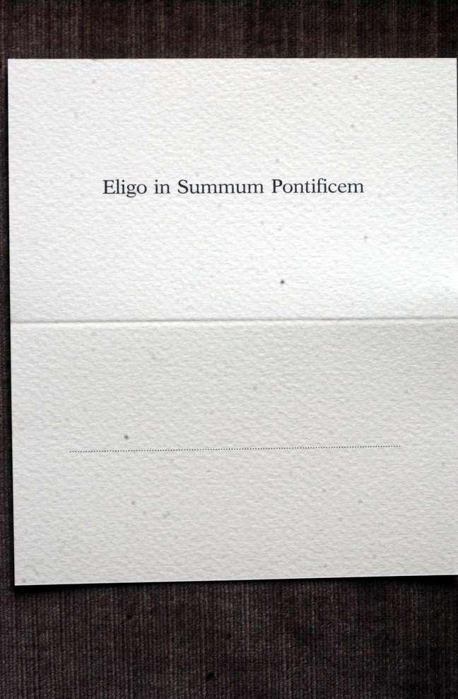 """A cédula usada pelos cardeais durante o conclave: """"elejo como sumo pontífice..."""""""
