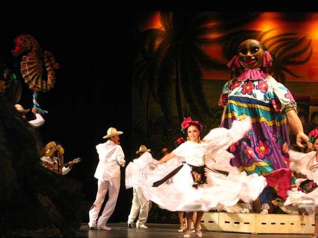 Na jarana yucateca, casais fazem coreografias rápidas enquanto seguram um lenço na mão direita