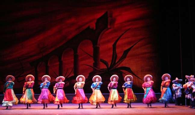 Criado em 1952 pela bailarina Amalia Hernández, o Balé Folclórico do México é uma companhia de dança baseada na Cidade do México que há 60 anos viaja o mundo com um espetáculo que conta a história do país por meio de 60 coreografias (a maioria inventada pela própria Amália). Os bailarinos levam ao palco desde danças inspiradas nas tradições indígenas do período pré-hispânico até encenações de passagens da Revolução Mexicana de 1910, com direito aos tradicionais mariachis. O grupo se apresenta todas as quartas-feiras e domingos no Palácio de Belas Artes, na capital mexicana. Endereço: Avenida Hidalgo, 1, Centro. Tel.: 00xx 52 55 5512.2593. Entrada: R$ 150