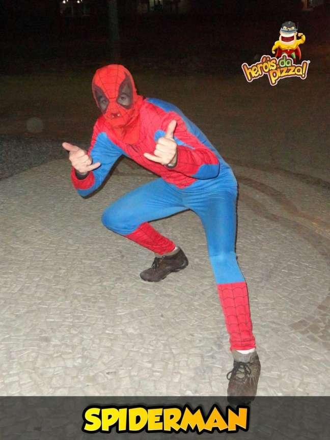 Motoboy usava fantasia de Homem-Aranha durante entrega de pizza