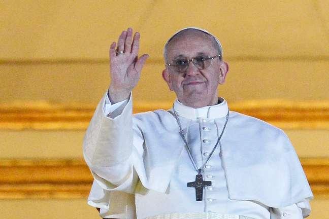 O papa Francisco faz seu primeiro pronunciamento para milhares de pessoas na Praça São Pedro após ser escolhido o novo líder da Igreja Católica