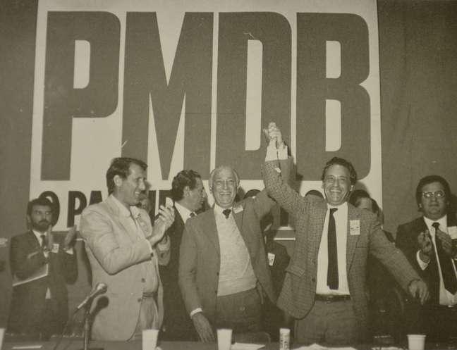 <p>Franco Montoro (centro), Orestes Quércia (esq.)e Fernando Henrique Cardoso (dir.), em evento do PMDB. Os dois primeiros foram governador e vice nas primeiras eleições diretas em 1982</p>