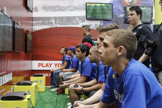 <p>Concentrados,adolescentes disputam campeonato em SP</p>