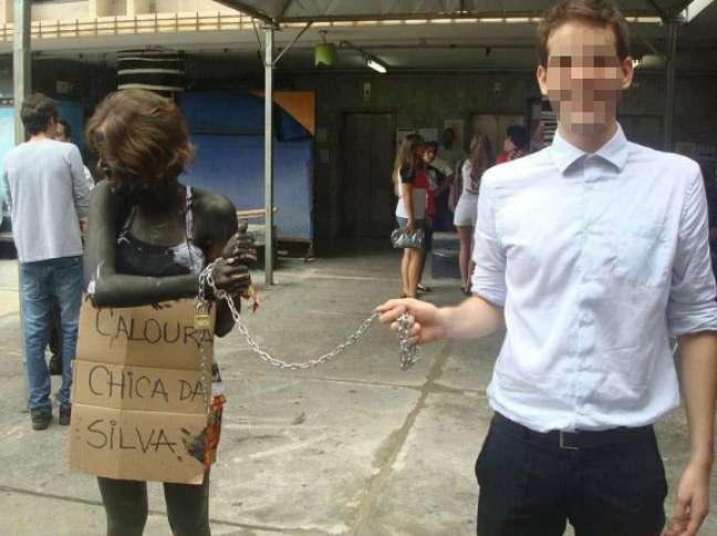 <p>Durante trote na UFMG, também em 2013, jovem aparece acorrentada, com o corpo pintado e carregando uma placa na qual se lê 'Caloura Chica da Silva'; veteranoque praticou ato foi expulso</p>
